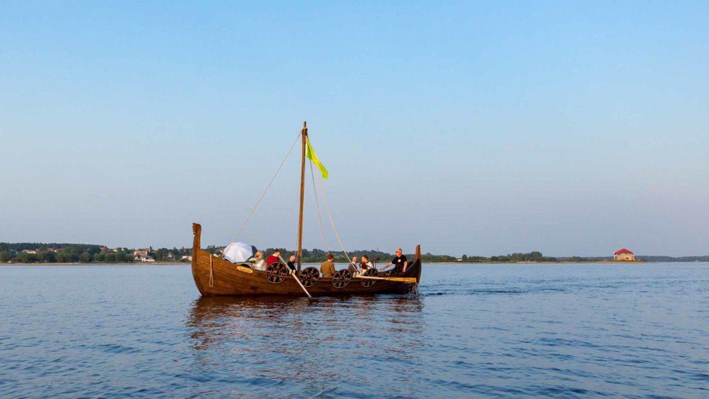 """Kāzu brauciens ar Vikingu kuģi """"Üxküll"""" braucot no Meinarda salas uz laivu nomu."""