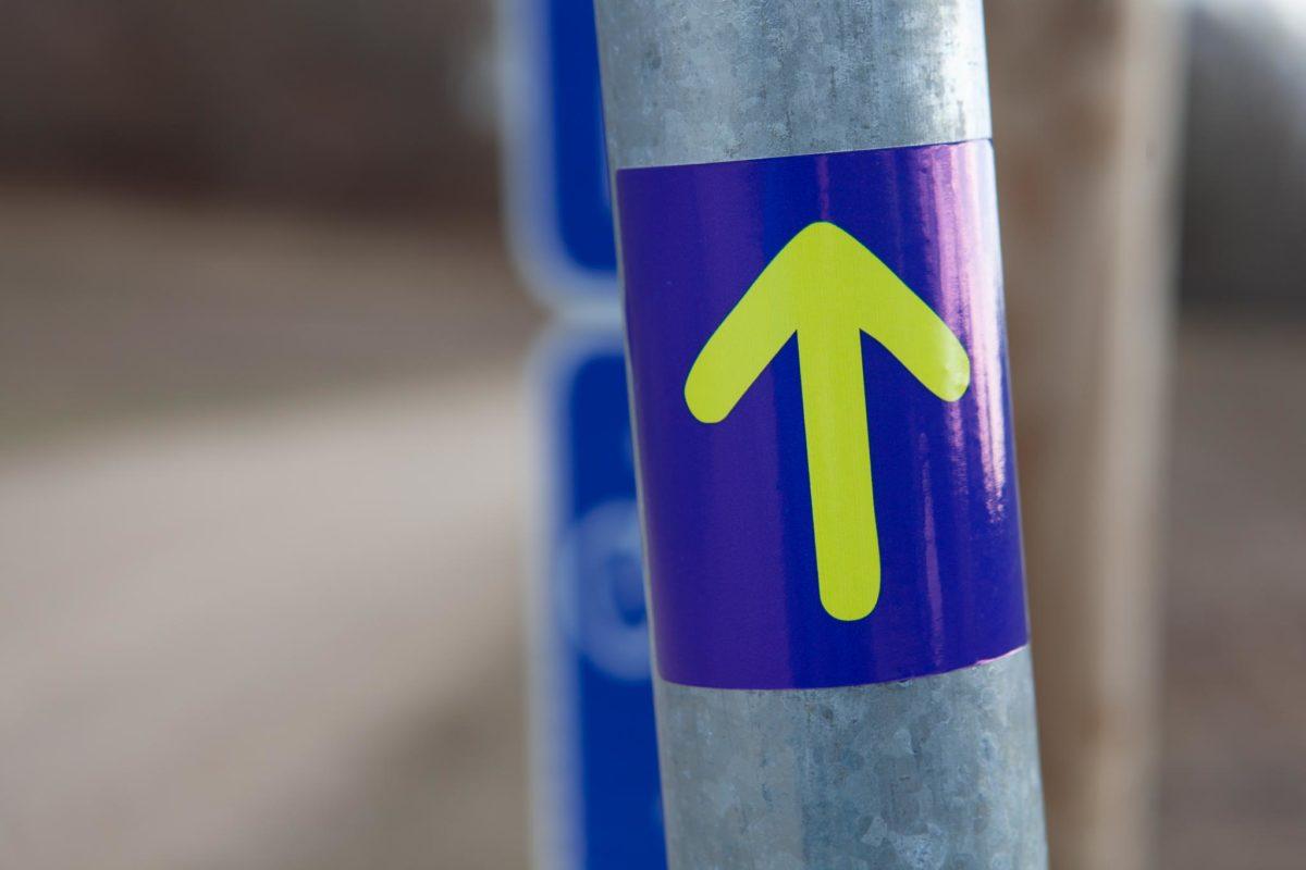 Svētā Jēkaba ceļš jeb Santjago ceļš (Camino de Santiago) ceļa zīme, dzeltena bulta uz zila fona.